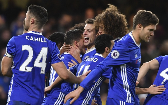 Chelsea's Belgian midfielder Eden Hazard (CL) celebrates with team-mates after scoring their second goal from teh penalty spot during the English Premier League football match between Chelsea and Bournemouth at Stamford Bridge in London on December 26, 2016. / AFP PHOTO / Ben STANSALL /