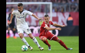 Freiburg's German forward Janik Haberer (L) and Bayern Munich's German midfielder Joshua Kimmich vie for the ball during the German First division Bundesliga football match FC Bayern Munich vs SC Freiburg in Munich, southern Germany, on October 14, 2017. / AFP PHOTO / Christof STACHE