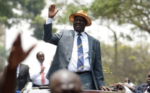 (FILES) This file photo taken on September 1, 2017 shows Kenyan opposition leader Raila Odinga waving to supporters as he leaves the Supreme Court in Nairobi. Kenyan opposition leader Raila Odinga announced on October 10, 2017 that he was withdrawing from a re-run of the presidential election, saying electoral officials had failed to make necessary reforms. / AFP PHOTO / SIMON MAINA