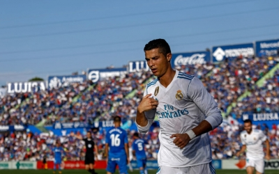 Real Madrid's Portuguese forward Cristiano Ronaldo crosses himself to celebrate his team's second goal during the Spanish league football match Getafe CF vs Real Madrid CF at the Col. Alfonso Perez stadium in Getafe on October 14, 2017. / AFP PHOTO / OSCAR DEL POZO
